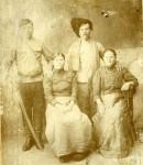 Казачьи семьи: А.Г. Шаров (стоит с шашкой) и Н.В. Шарова, И.Ф. Пашин и А. Пашина