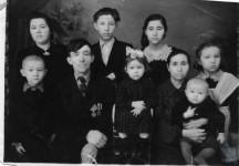 1956 г. Семья Хомлевых (дети: Нина, Валя, Толя, Галя, Витя, Надя, Саша, Слава)
